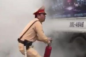 Cảnh sát giao thông dập lửa cứu xe tải bốc cháy
