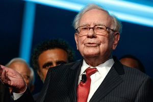 Warren Buffett tiết lộ 2 thứ luôn mang trong ví