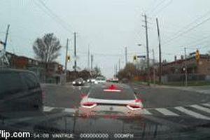 Dừng đèn đỏ tại ngã tư, Kia Stinger bất ngờ bị đâm trực diện