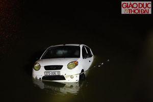 Xế hộp mất lái, lao thẳng xuống hồ Linh Đàm, tài xế bơi vào bờ thoát chết