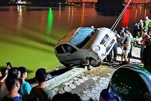 Ô tô mất lái, lao thẳng xuống hồ Linh Đàm