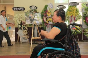 Người hâm mộ đi xe lăn đến viếng nghệ sĩ Lê Bình