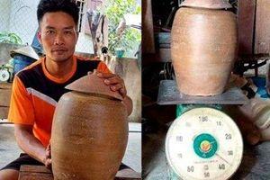 Đào móng nhà, một người dân phát hiện hũ tiền cổ nặng 36kg