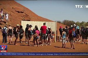 Du khách đổ xô lên núi thiêng Uluru