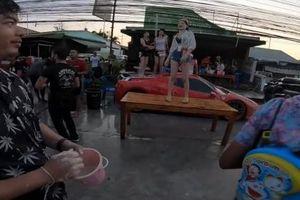 Chơi lễ Songkran, hai cô gái trèo lên 'ngựa chồm' Ferrari 458 Spider nhảy múa