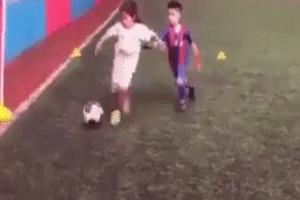 Cầu thủ nhí nổi đóa đốn chân đối thủ vì bị qua mặt liên tục