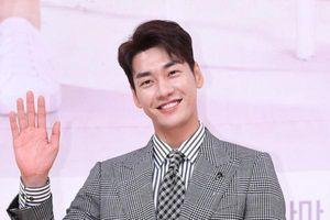 Là đối thủ cạnh tranh rating, 'người yêu màn ảnh' Park Bo Young - Kim Young Kwang nói gì về nhau?