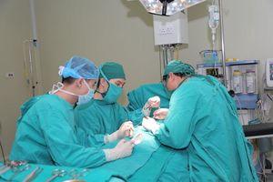 Phẫu thuật tạo hình đưa dương vật và tinh hoàn bé 2 tuổi về đúng vị trí
