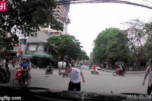Clip: Va chạm giao thông, thanh niên dùng mũ bảo hiểm đánh nam sinh ngay trước đầu ô tô