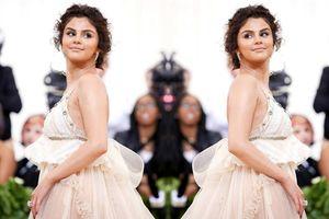 Bộ váy hở ngực của Selena lọt top trang phục thảm họa tại Met Gala