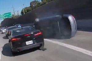 'Chạm nhẹ' vào đuôi xe thể thao, ôtô tự lật nhào