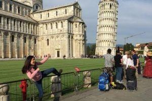 Những kiểu tạo dáng độc lạ của du khách với tháp nghiêng Pisa