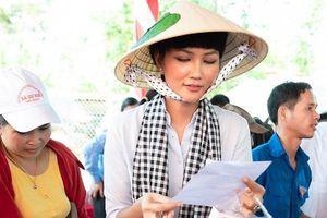 H'Hen Niê giản dị đội nón lá phát thuốc cho người dân nghèo