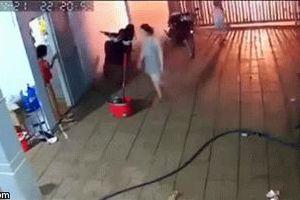 Clip: Kẻ xấu ném 'bom xăng' vào nhà, các thành viên la hét bỏ chạy, biểu hiện của 1 người gây chú ý