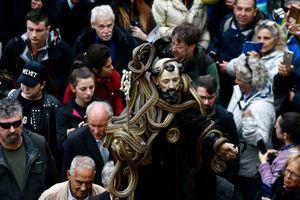 Tượng thánh phủ đầy rắn sống diễu hành trong lễ hội ở Italy