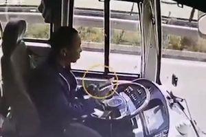 Tài xế mải xem điện thoại, xe buýt đâm công nông chở thóc