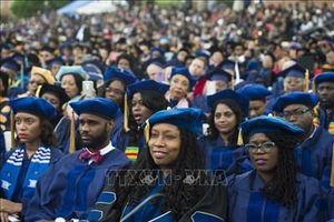 Hàng triệu người lớn tuổi ở Mỹ đang vật lộn để trả hết nợ học phí đại học