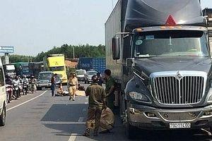 Va chạm với xe tải, người đàn ông bị xe container cán tử vong