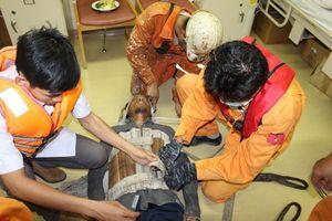 Cứu thuyền viên Myanmar bị thương nặng trên biển