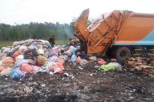 Bắt quả tang tài xế đổ trộm rác thải công nghiệp vào khu dân cư