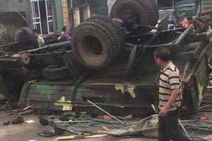 Xe quân đội lật ngửa khi vào cua, 30 chiến sĩ bị thương