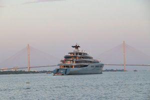 Tỉ phú đội bóng Tottenham Hotspur đưa du thuyền đến Cần Thơ, dạo chợ nổi Cái Răng