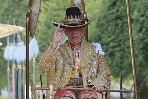 Tân vương Thái Lan trên kiệu 16 người khiêng trong lễ rước 7 tiếng