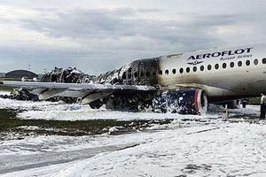 Khoảnh khắc tiếp viên Nga dũng cảm hy sinh cứu hành khách trong máy bay bốc cháy