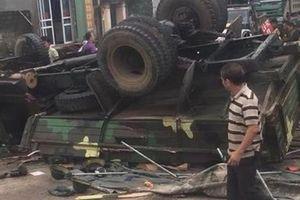 Xe quân đội bất ngờ lật ngửa: Người dân nhanh tay giúp