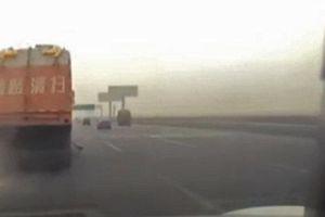 Tài xế mải xem điện thoại khiến xe khách đâm thẳng vào xe tải