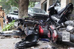 Hà Nội: Xe Honda Civic lao lên vỉa hè, đâm nát 6 xe máy