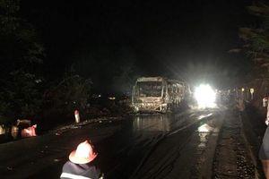 Sơn La: Xe khách bốc cháy dữ dội trong đêm, 30 hành khách chạy thoát thân