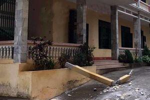 Bêtông lan can trường học rơi trúng đầu khiến 2 học sinh nhập viện