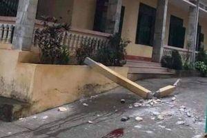 Cột bê tông bất ngờ đổ, đè trúng 2 học sinh dưới sân trường