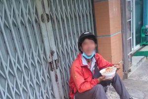 Anh shipper gượng cười ngồi ngoài cửa nhà ăn bát bún có giá bằng cả ngày công vì bị khách 'bom hàng'