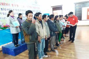 Lâm Đồng trao thẻ BHYT cho người dân tộc thiểu số