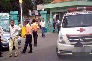 Hòa Bình: Cột bê tông đổ trúng nhóm học sinh chơi dưới sân trường khiến nhiều em bị thương