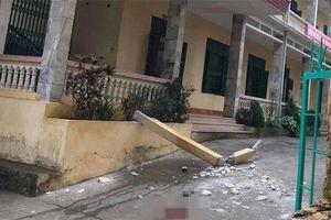 Cột bê tông đổ sập đè trúng 2 học sinh đang chơi ở sân trường