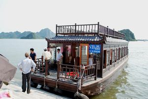 Hạ thủy 12 tàu chở khách du ngoạn trên hồ Tam Chúc