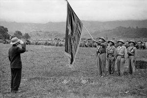 Ai đã kéo cờ tại lễ duyệt binh mừng chiến thắng Điện Biên Phủ?