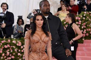 Kanye West diện áo giá rẻ bất ngờ trên thảm đỏ Met Gala 2019