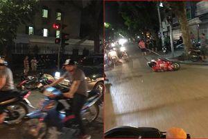Ôtô tông hàng loạt xe máy dừng đèn đỏ giữa trung tâm Hà Nội