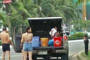 Dừng xe giữa Đà Nẵng tắm tráng: Phạt như tiểu bậy?