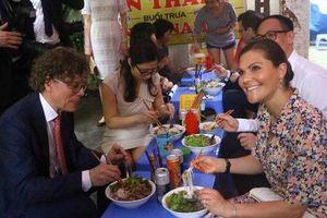 Công chúa kế vị Thụy Điển dùng bữa trưa tại quán cóc Hà Nội
