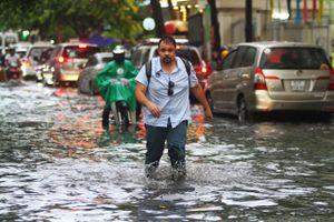 Mưa lớn giờ tan tầm, người Sài Gòn vất vả lội nước về nhà