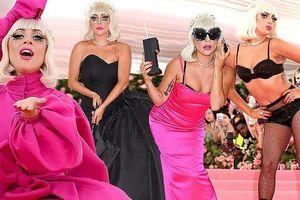 Lady Gaga liên tục lột đồ, dừng lại với... nội y tại tiệc thời trang