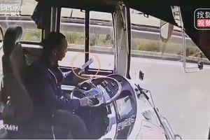 Mải xem điện thoại, tài xế lái xe buýt đâm thẳng vào xe chở thóc