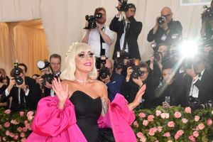 Lột đồ 4 lần trên thảm đỏ Met Gala, Lady Gaga xứng danh là 'nữ hoàng chiêu trò'