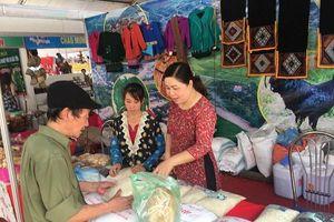 Đông đảo người dân tham quan Hội chợ triển lãm thương mại Sơn La 2019