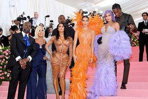 Kim Kardashian phô diễn đường cong nóng bỏng trên thảm đỏ Met Gala